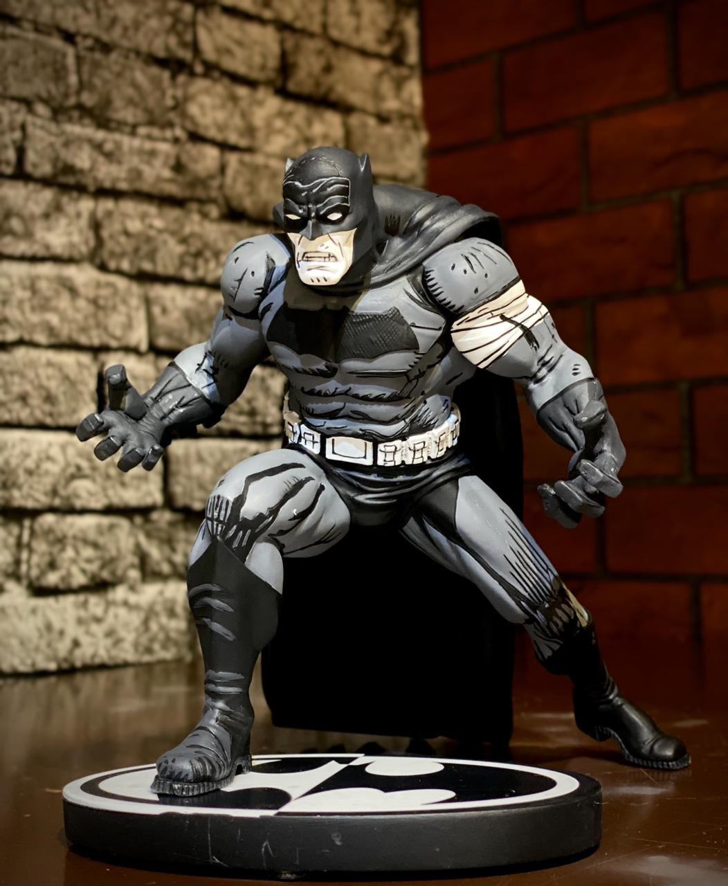 Estátua Batman: Black and White (Klaus Janson) - DC Collectibles
