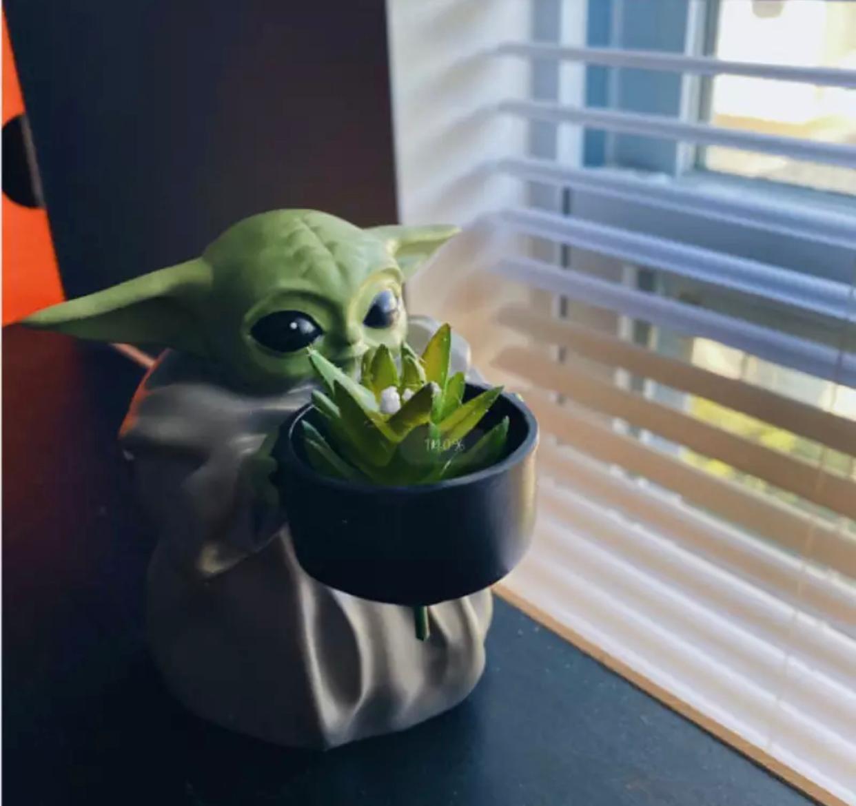 Estátua Cachepot Geek Grogu Baby Yoda Com Vaso De Planta - EV