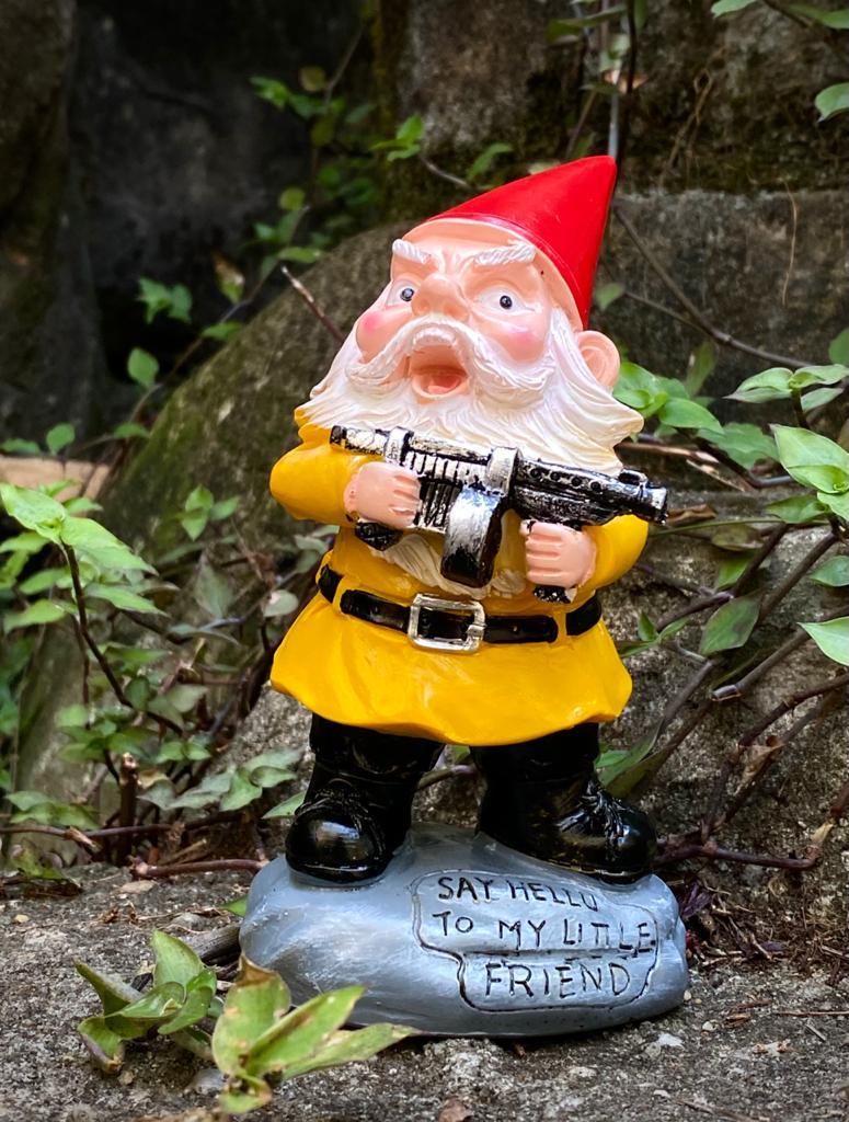 Estátua Decorativa Duende Gnomo Anão de Jardim Diga Olá Para o Meu Amiguinho Say Hello To My Little Friend Scarface 14cm