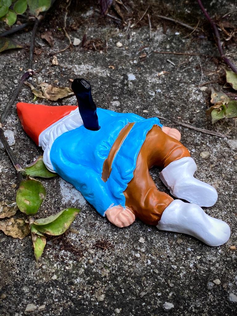 Estátua Decorativa Duende Gnomo Anão de Jardim Morto Assassinado 11cm - EV
