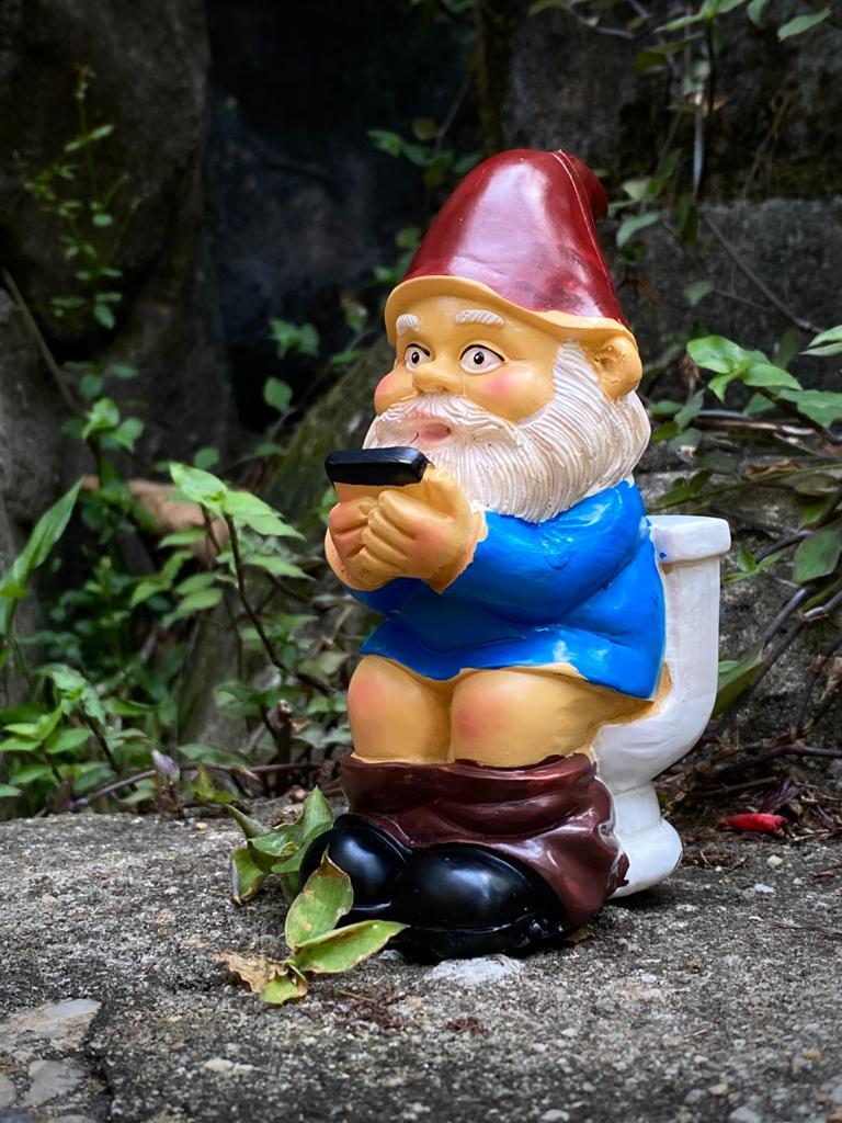 Estátua Decorativa Duende Gnomo Anão de Jardim Na Privada Banheiro 12cm - EV