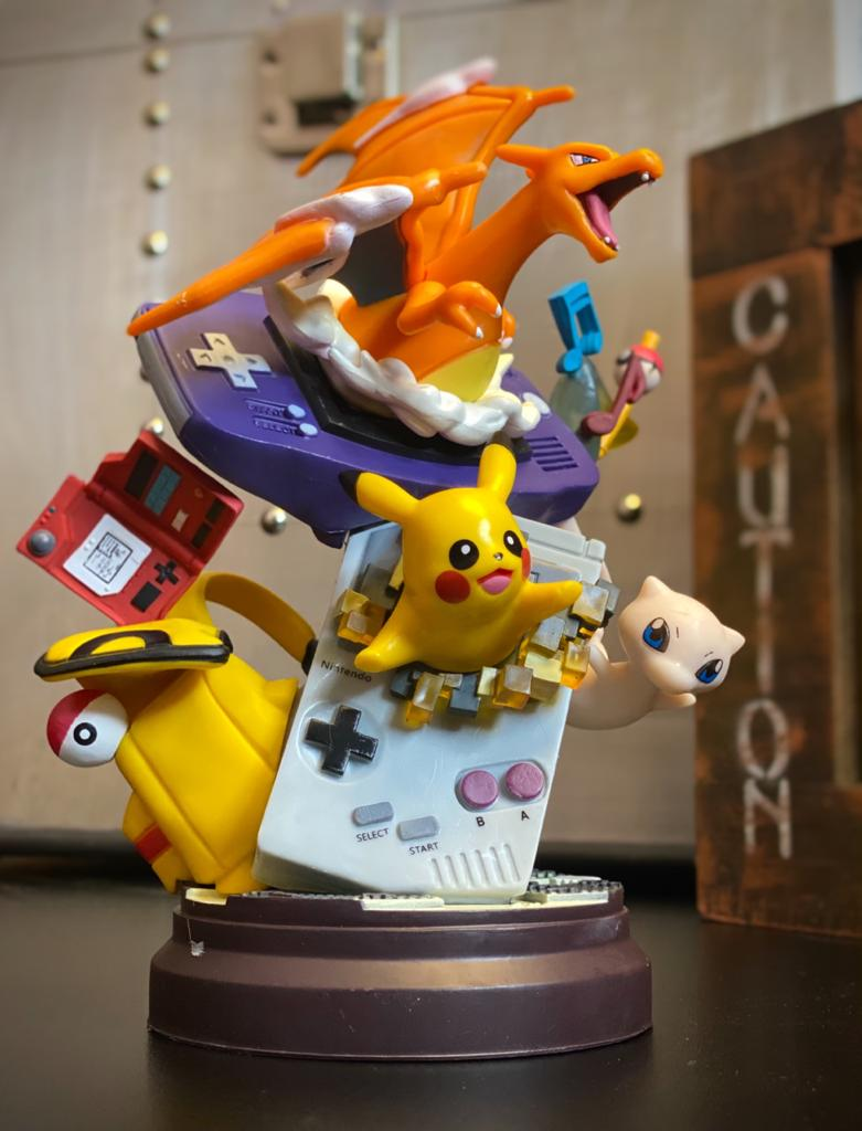 Estátua Diorama Pikachu, Charizard e Mew: Pokémon 22cm - ET