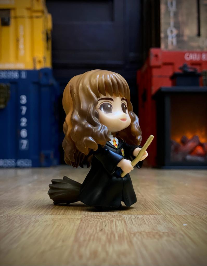 Estátua Hermione Granger e Vassoura Mágica (Qposket): Harry Potter