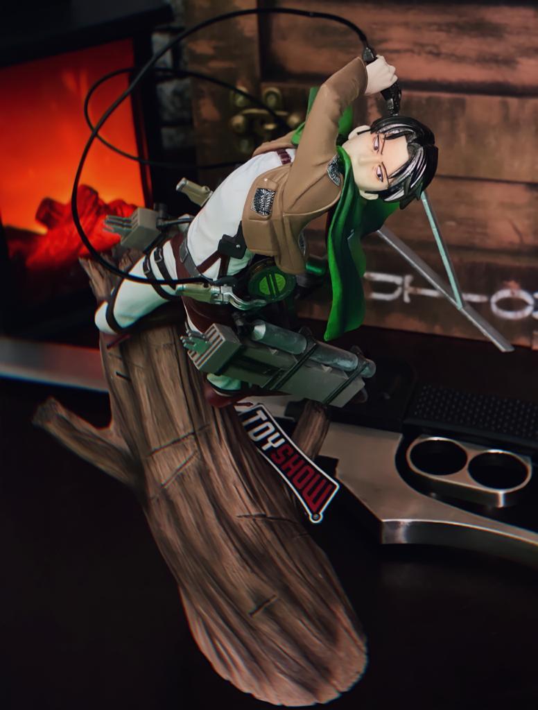 Estátua Levi Ackerman no Tronco: Ataque dos Titãs Attack on Titan Shingeki no Kyojin - Anime Mangá - MKP