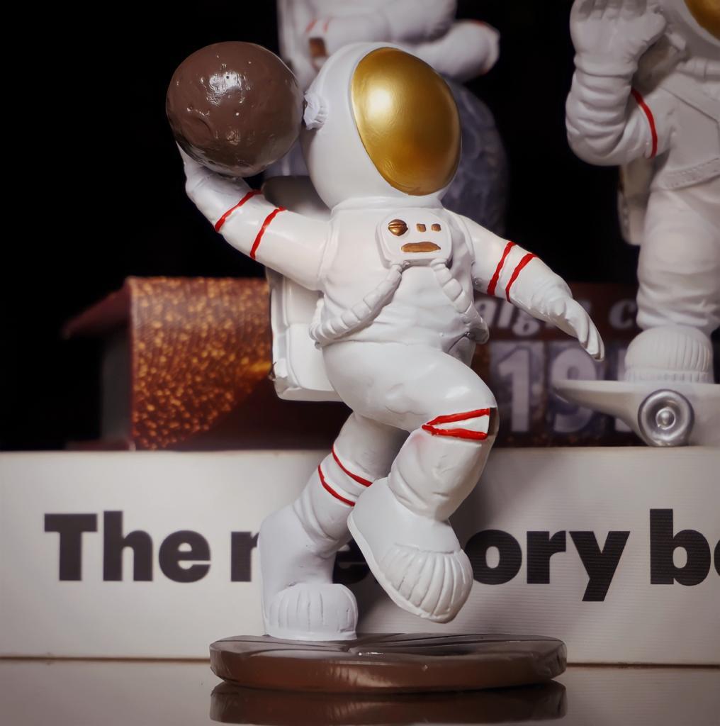 Estátua Nasa Astronauta Basquetebol Basquete Enterrada Lua - Fanatic Studios