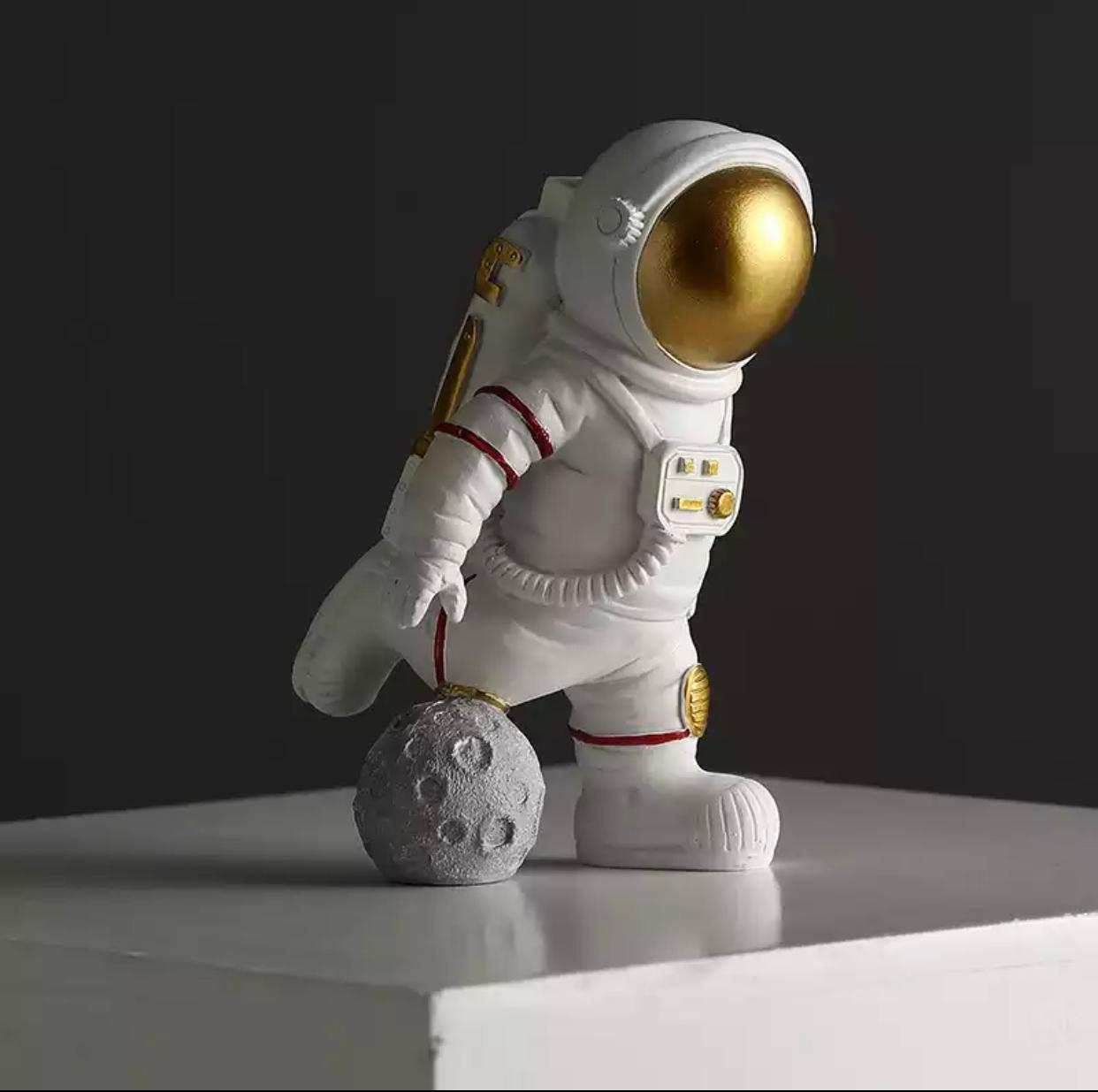 Estátua Nasa Astronauta Jogando Futebol Soccer - EV