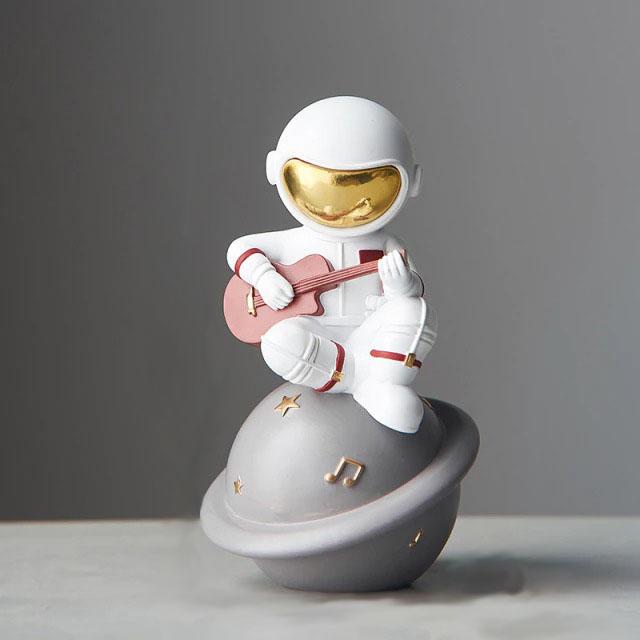 Estátua Nasa Astronauta Lua Astronaut Moon Tocando Violão 16cm - EVALI