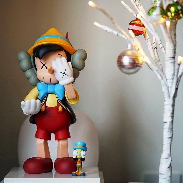 Estátua Pinóquio Pinocchio & Jiminy Cricket X Kaws Louis Vuitton Edition 25 cm Disney - MKP