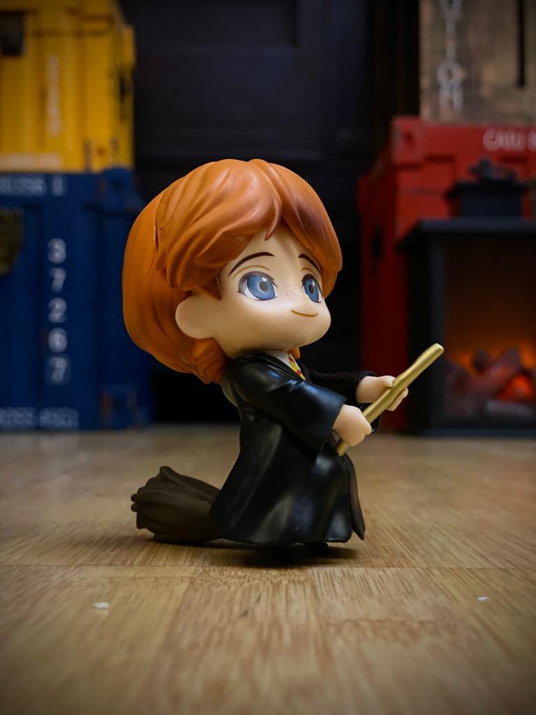 Estátua Ron Weasley e Vassoura Mágica (Qposket): Harry Potter - EV