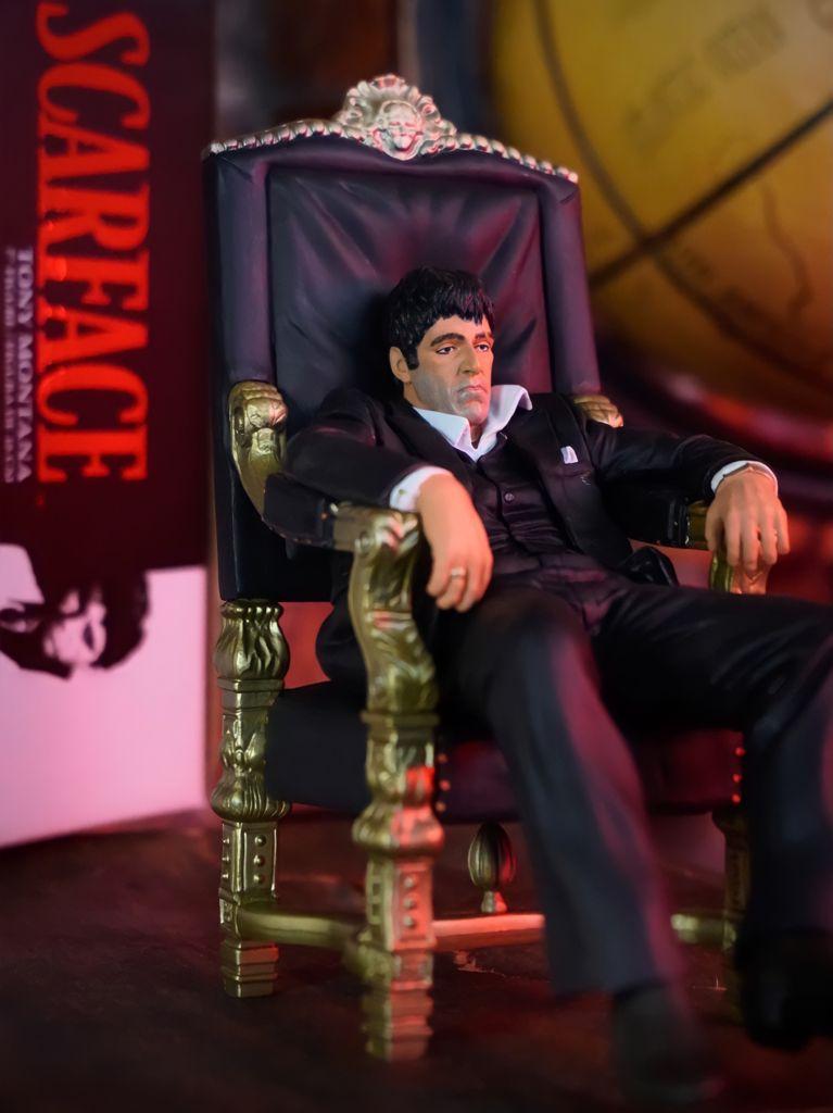 Estátua Tony Montana Al Pacino No Trono: Scarface 1983 - SD Toys