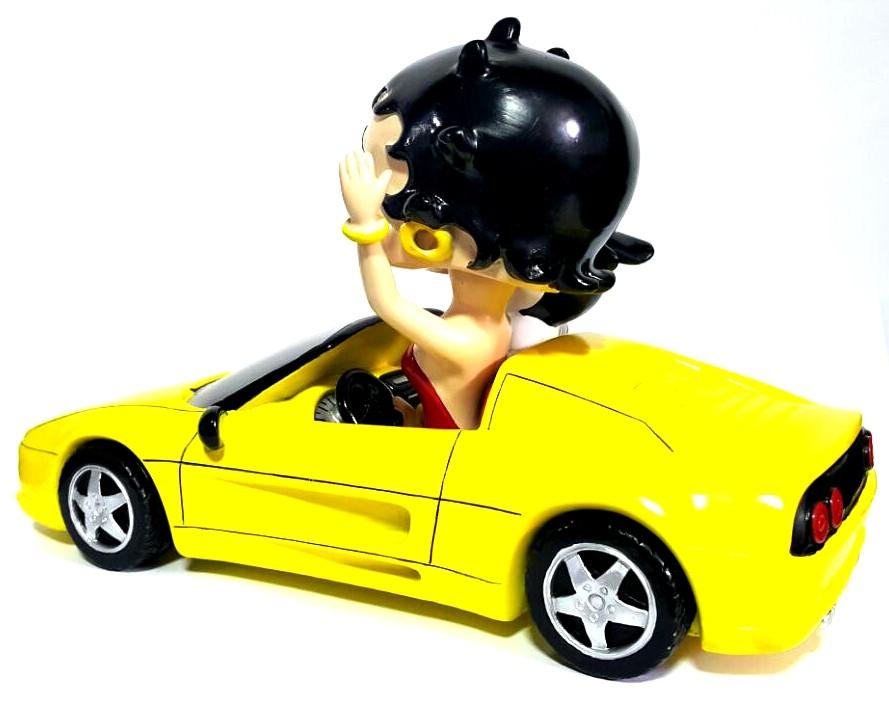 Estatueta da Betty Boop no Carro
