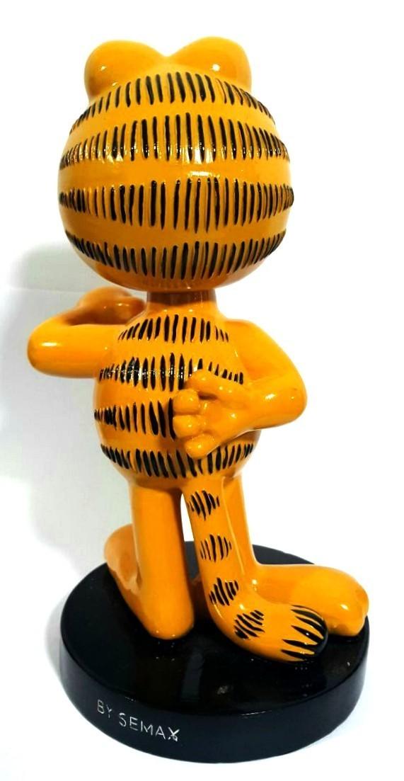 Estátua Garfield com a mão para trás