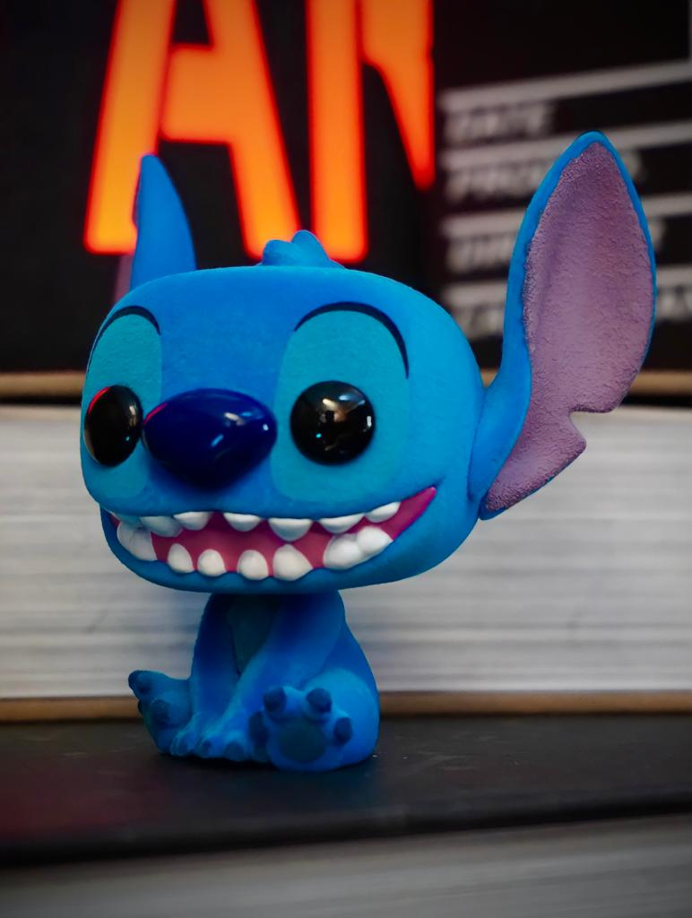 Funko Pop! Stitch Sentado e Sorrindo: Lilo & Stitch Disney Flocado Edição Especial Flocked Special Edition #1045 - Funko
