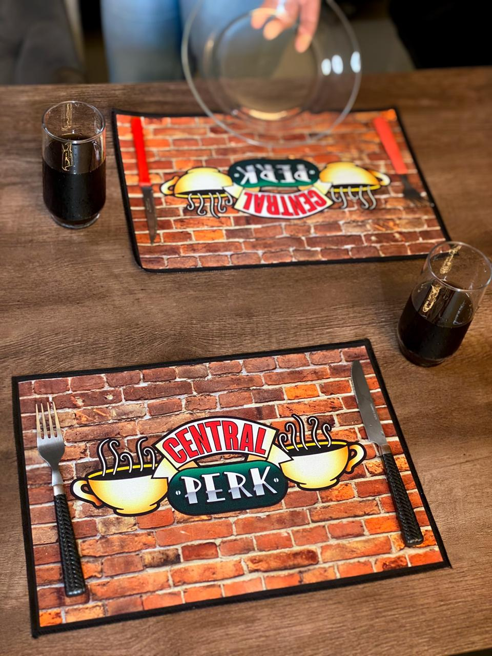 Jogo Americano: Central Perk - Friends (Kit com 02 Unid) - EV