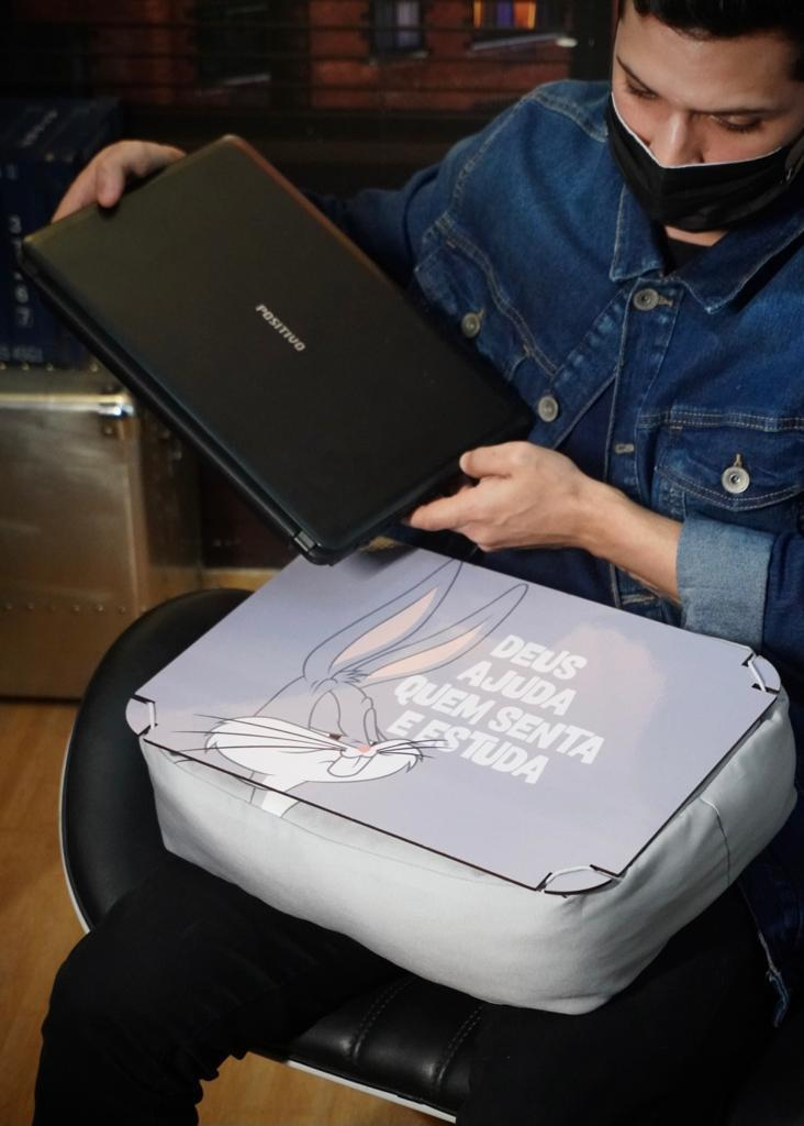Kit Bandeja Almofada / Apoio para Notebook Pernalonga Bugs Bunny Deus Ajuda Quem Senta e Estuda - Looney Tunes