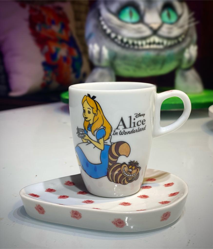 Kit Caneca Xicara De Café Com Pires Triangular Alice: Alice No País das Maravilhas Coração - Disney - EV