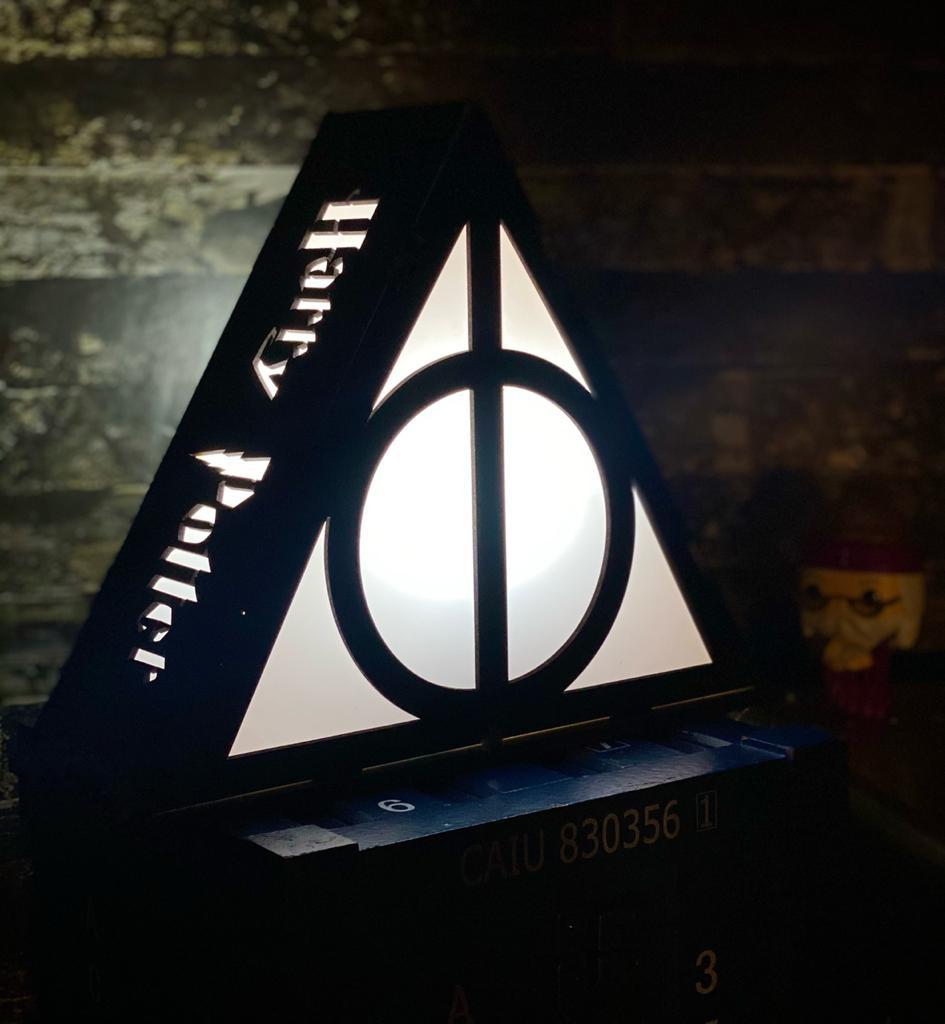 """Luminária/Abajur """"Triângulo"""": Bruxo (Grande)"""