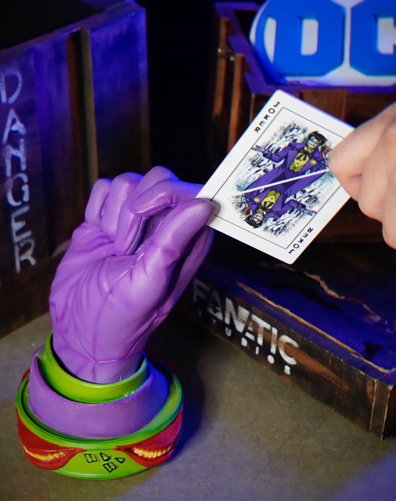 Luva Decorativa Mão Coringa Joker Roxa