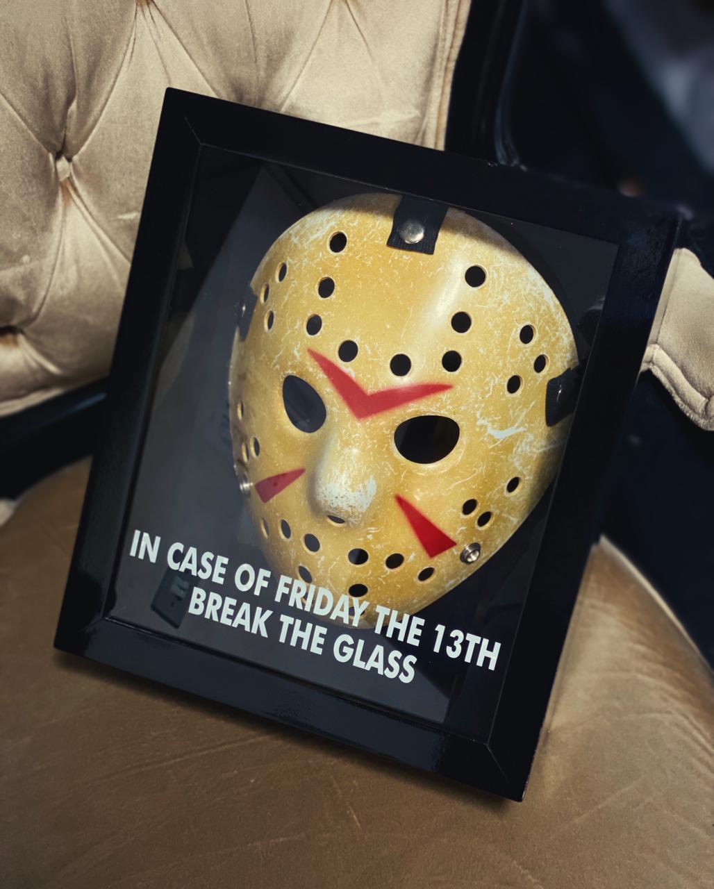 Máscara Com Caixa Jason Voorhee Em Caso de Sexta Feira 13 Quebre o Vidro In Case Of Friday The 13th Break The Glass