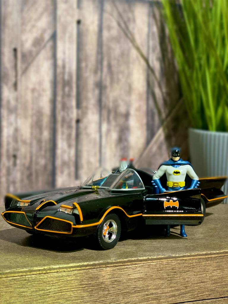Metals Die Cast Batmobile Clássico: Série TV com Miniatura do Batman e Robin Escala 1/24 - DTC