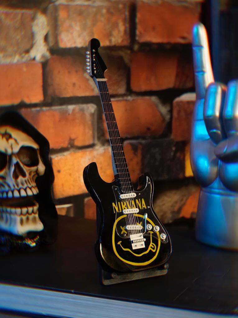 Mini Réplica Colecionável Decorativa Guitarra Banda Nirvana: Rock and Roll RC-105