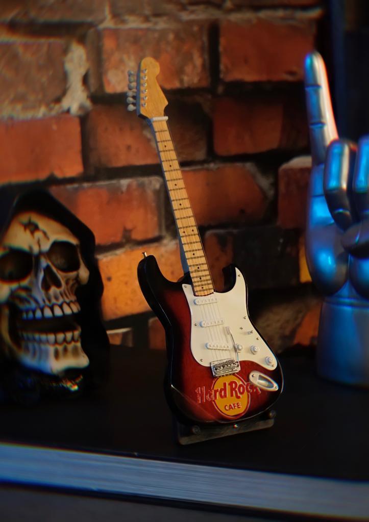 Mini Réplica Colecionável Decorativa Guitarra Branca e Vermelha Restaurante Hard Rock Café: Rock 'n Roll RC-106