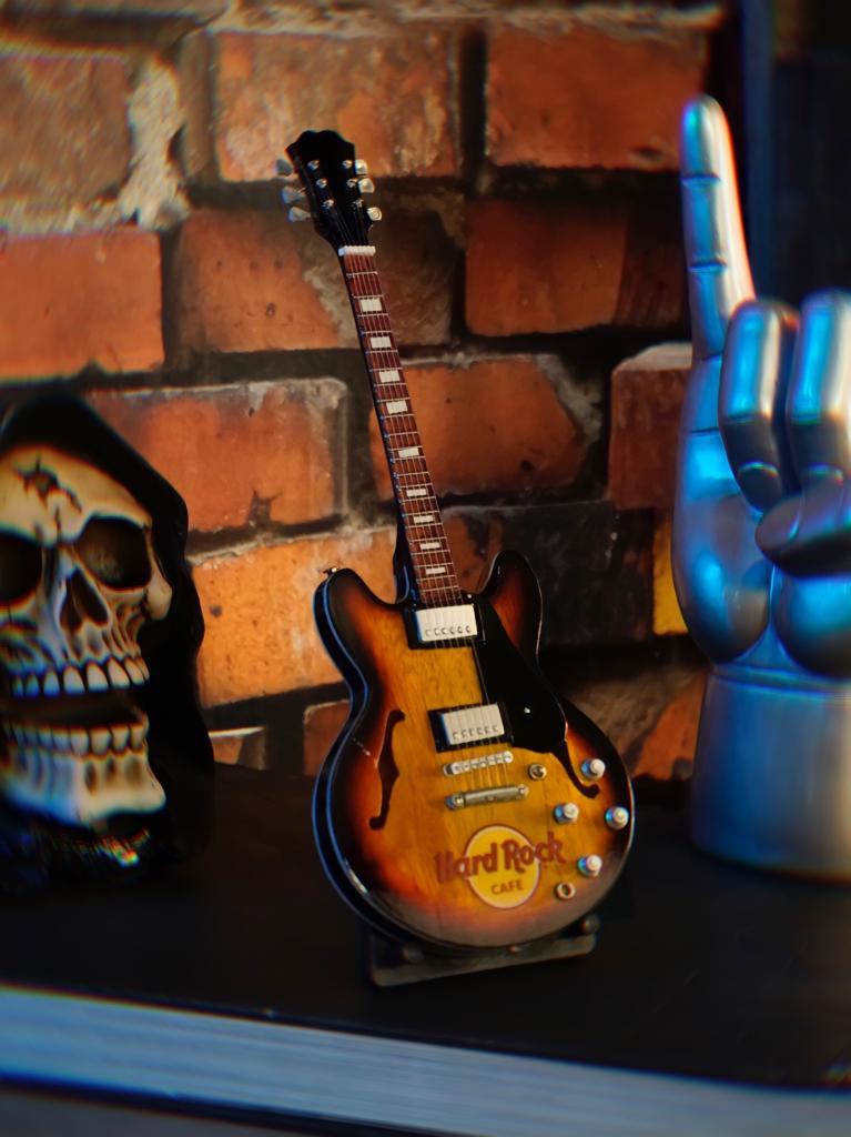 Mini Réplica Colecionável Decorativa Guitarra Restaurante Hard Rock Café: Rock 'n Roll RC-106