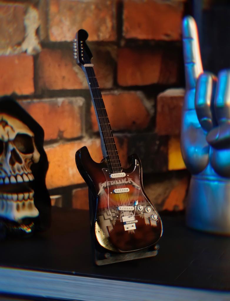 Mini Réplica Colecionável Decorativa Guitarra Vermelha Banda Metallica: Rock and Roll RC-105