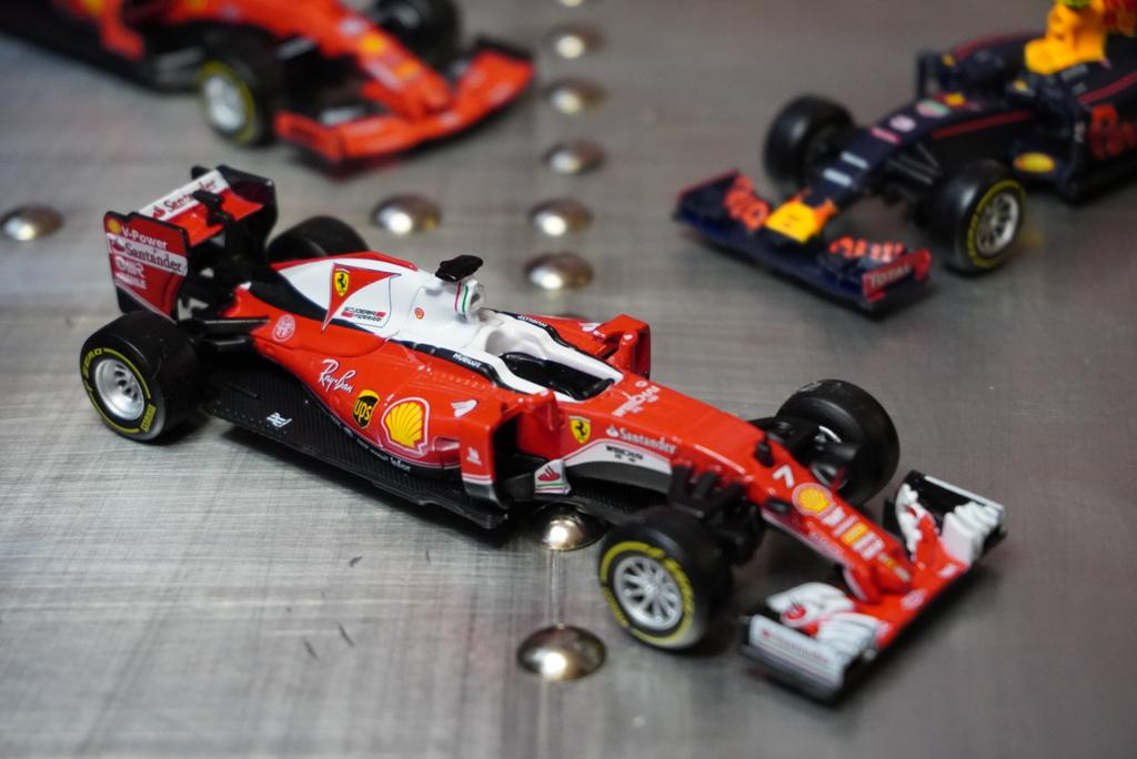 Miniatura Colecionável Carro Ferrari Racing F1 SF16H  Fórmula 1  1/43 Diecast - Bburago