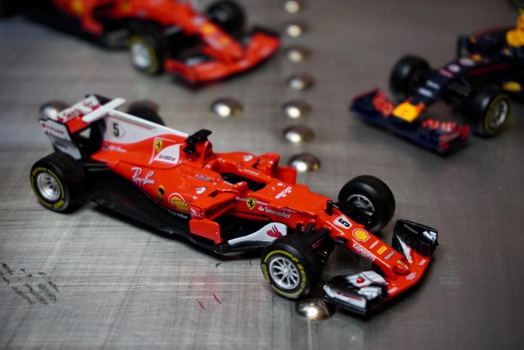 Miniatura Colecionável Carro Ferrari Racing F1 SF70H  Fórmula 1  1/43 Diecast - Bburago