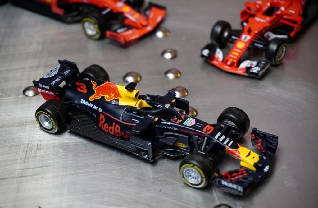 Miniatura Colecionável Carro Red Bull Racing F1 RB14 Aston Martin  Fórmula 1  1/43 Diecast - Bburago