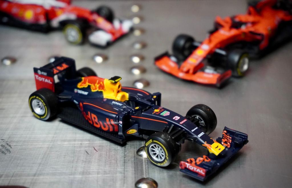 Miniatura Colecionável Carro Red Bull Racing F1Red Bull Racing TAG Heuer RB12  Fórmula 1  1/43 Diecast - Bburago