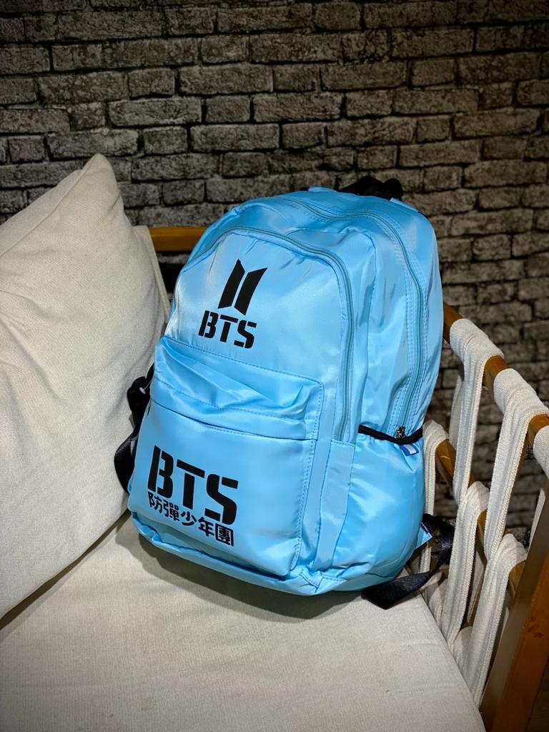 Mochila Logo BTS (Azul com Preto)