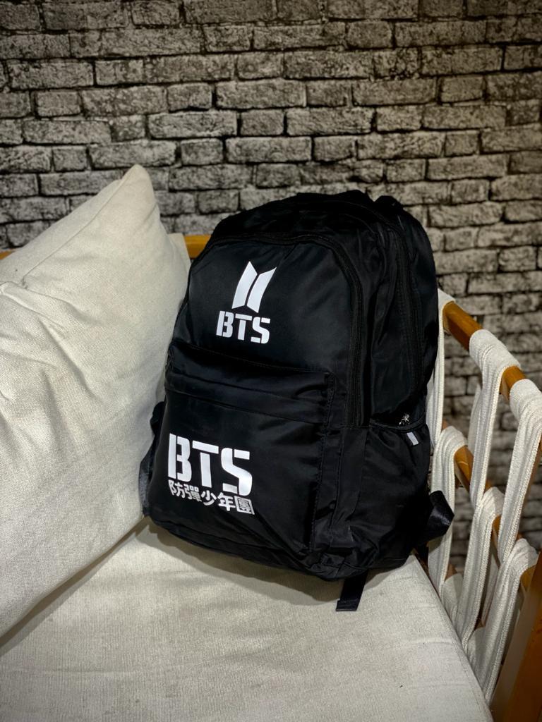 Mochila Logo BTS (Preto com Branco)
