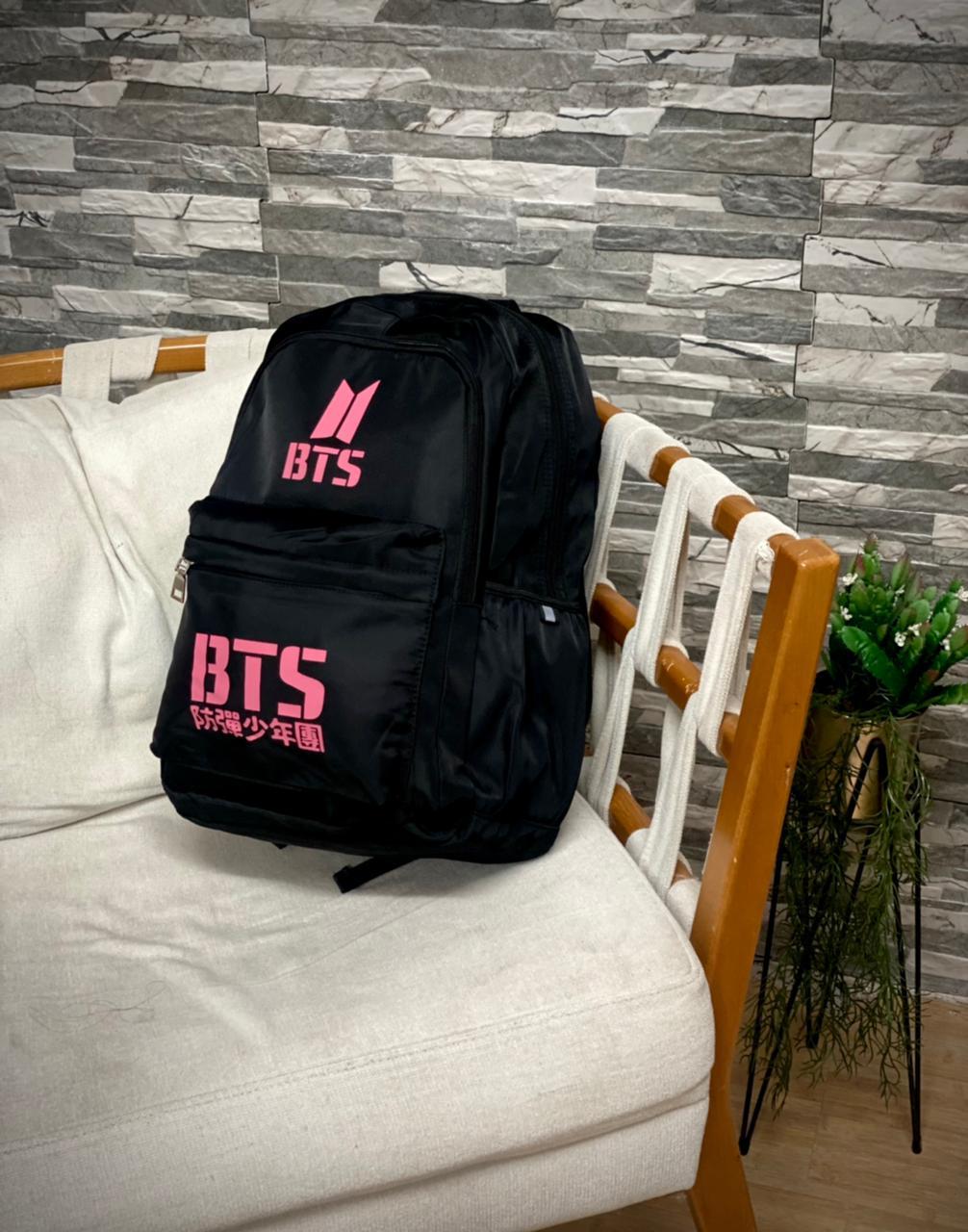 Mochila Logo BTS (Preto com Rosa)