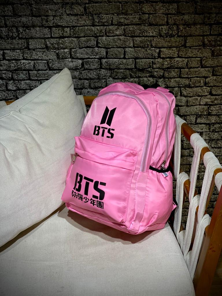 Mochila Logo BTS (Rosa com Preto)