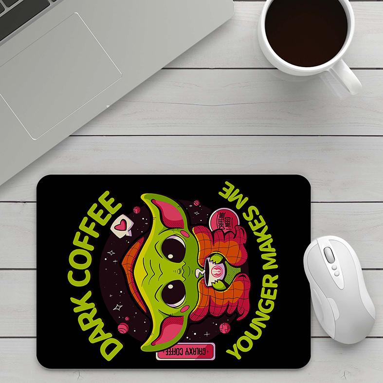 Mousepad Baby Yoda Café Escuro Mais Jovem Me Faz Dark Coffee Younger Makes Me Caffeine I Need Star Wars - EV