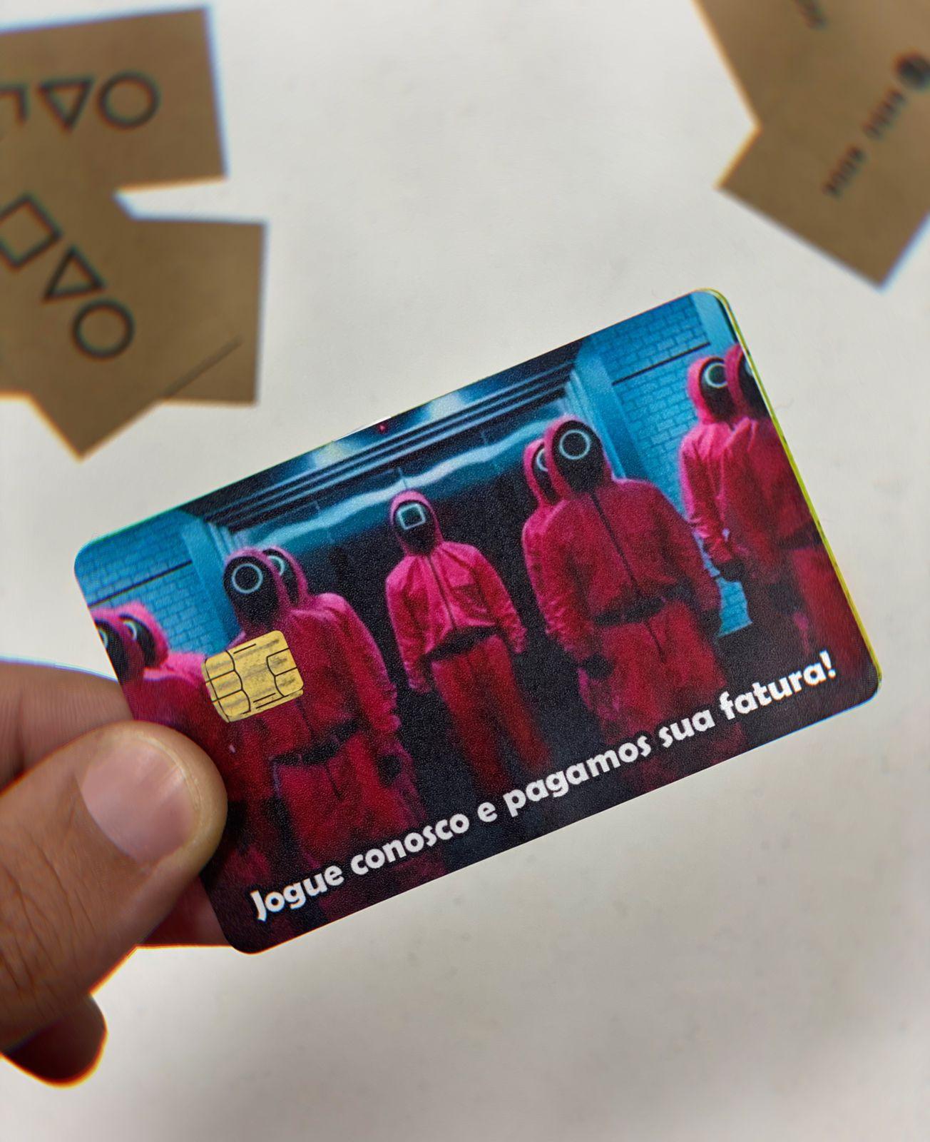 Película Adesiva Geek Cartão de Crédito e Débito Jogue Conosco e Pagamos Sua Fatura! Squid Game Round 6: Netflix - EV