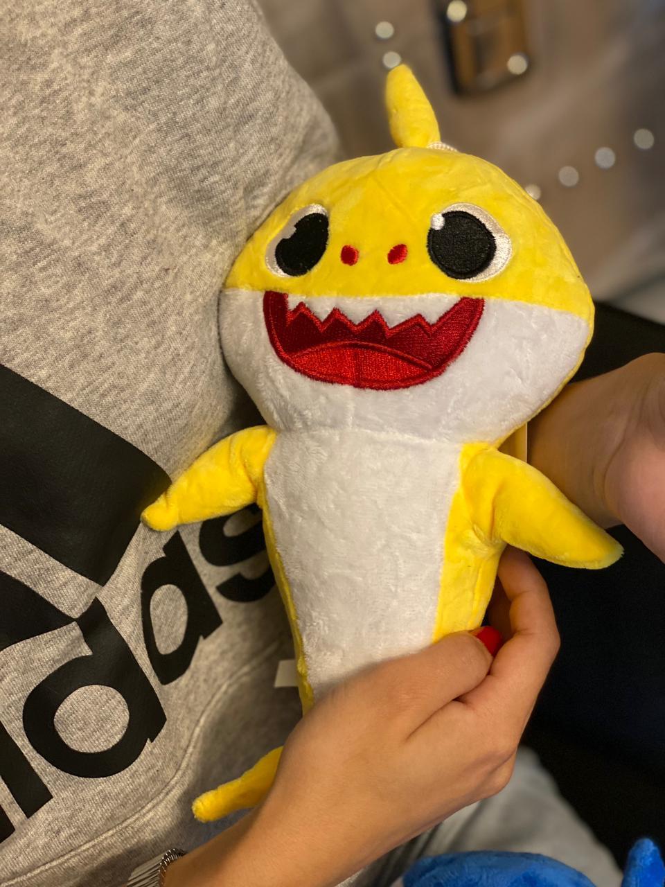 Pelúcia Baby Shark Baby Amarelo Com LED e Música