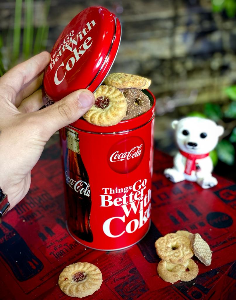 Pote de Biscoito Clip Redondo ''Things Go Better With Coke'': Coca Cola - Urban