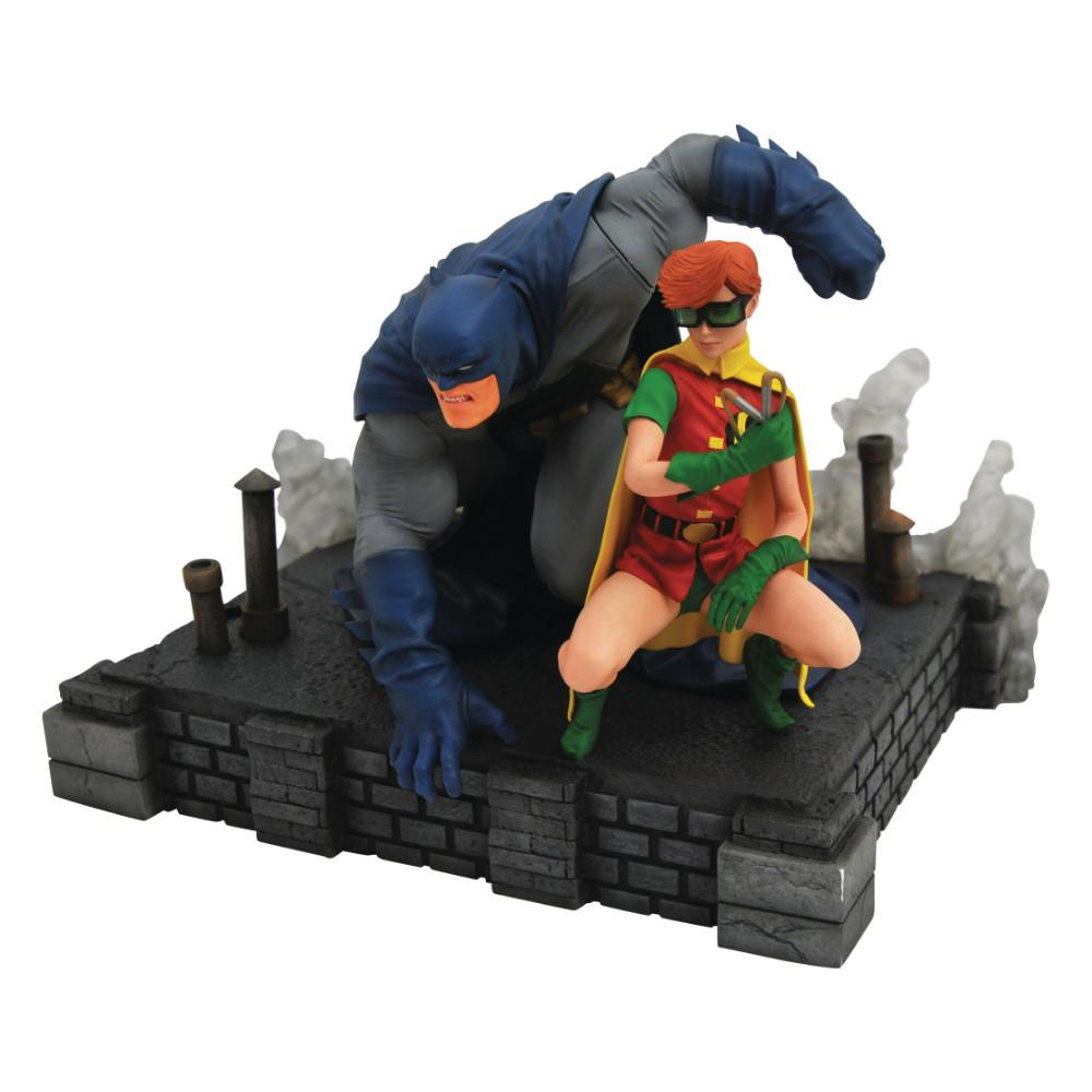 Estátua Batman e Carrie: O Cavaleiro Das Trevas (Dark Knight Return) Deluxe - Diamond Select (Apenas Venda Online)