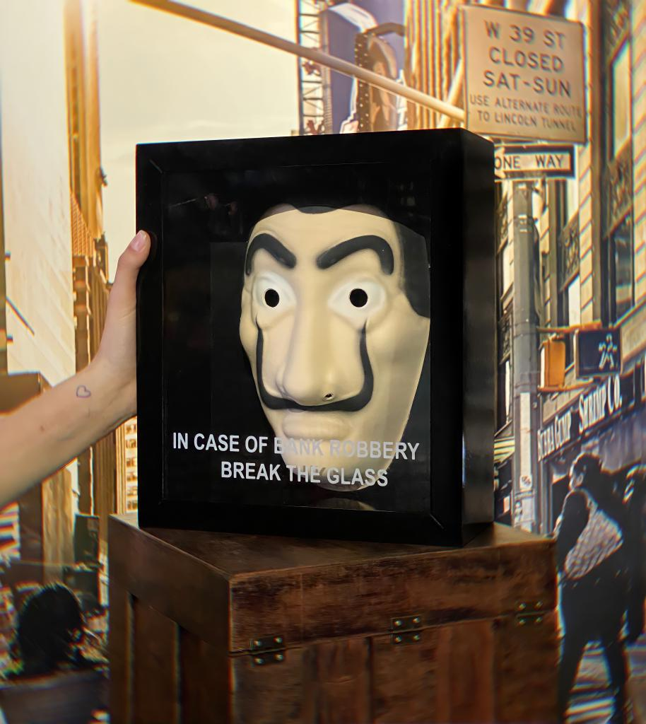Quadro 3D Máscara Com Caixa Salvador Dali: La Casa De Papel Em Caso De Assalto A Banco Quebre O Vidro In Case Of Bank Robbery Break The Glass - EV
