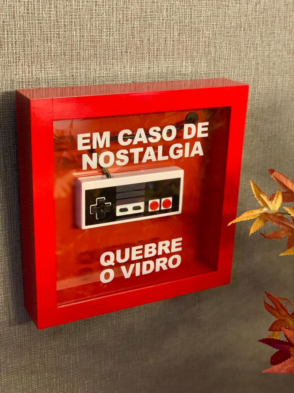 """Caixa de Emergência """"Em Caso de Nostalgia Quebre o Vidro"""" Controle NES (Nintendo) - Quadro 3D"""