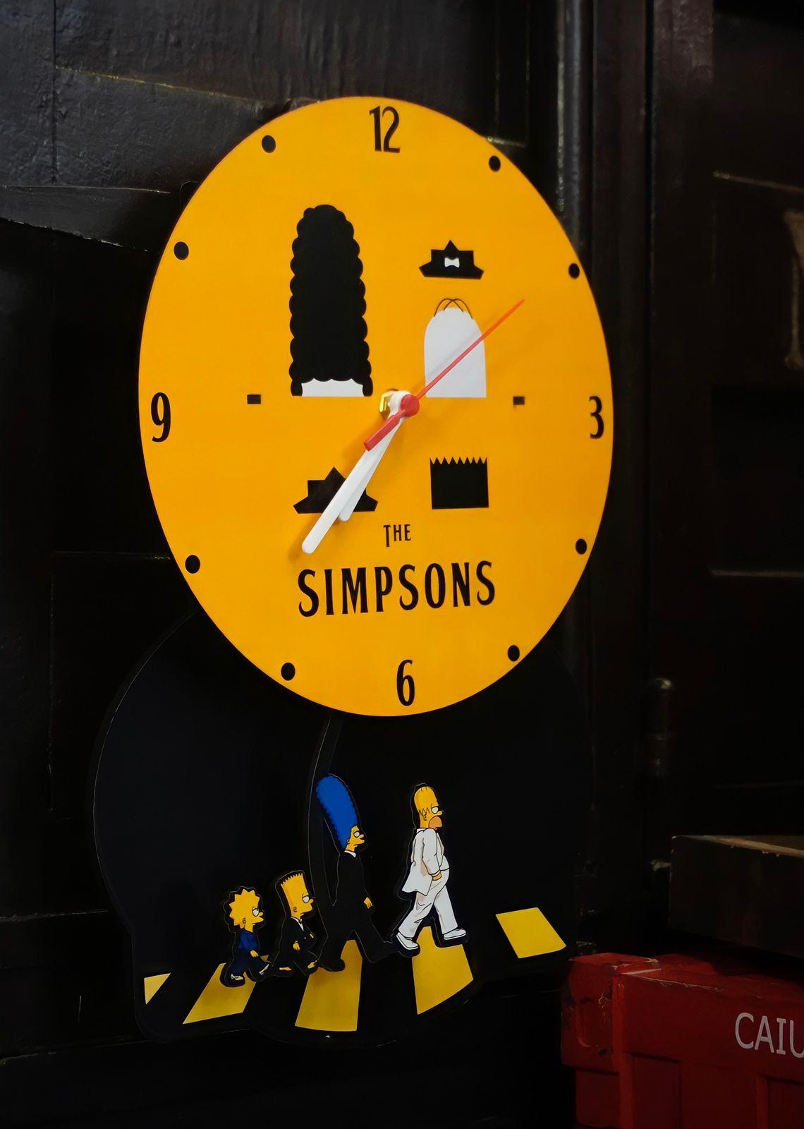 Relógio de Parede com Pêndulo Família: The Simpsons