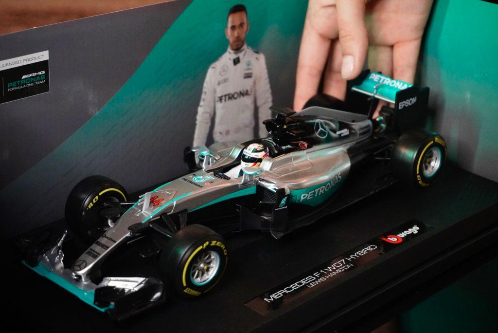 Réplica Carro de Formula 1 F1 Mercedes F1 WO7 Hybrid Lewis Hamilton 1/18 Race - Bburago