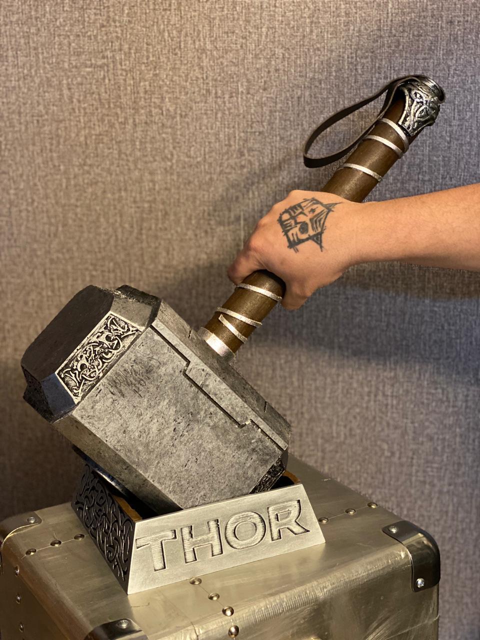 Réplica Martelo Mjolnir Com Base Thor: Vingadores Avengers - Marvel Comics - EV