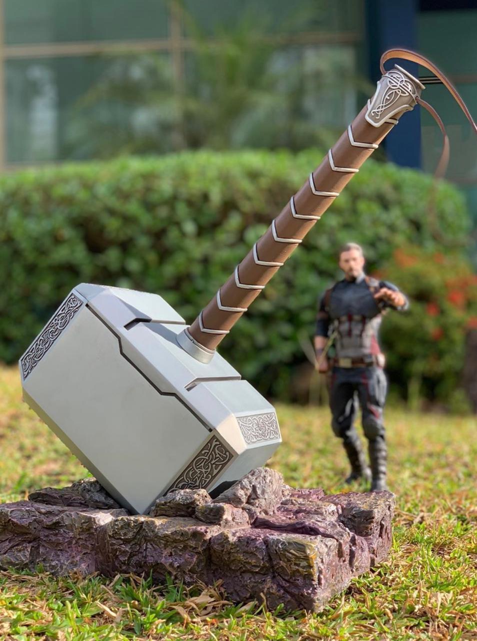 Réplica Martelo Thor (Mjolnir): Os Vingadores (The Avengers) Escala 1/1 (Com Base)