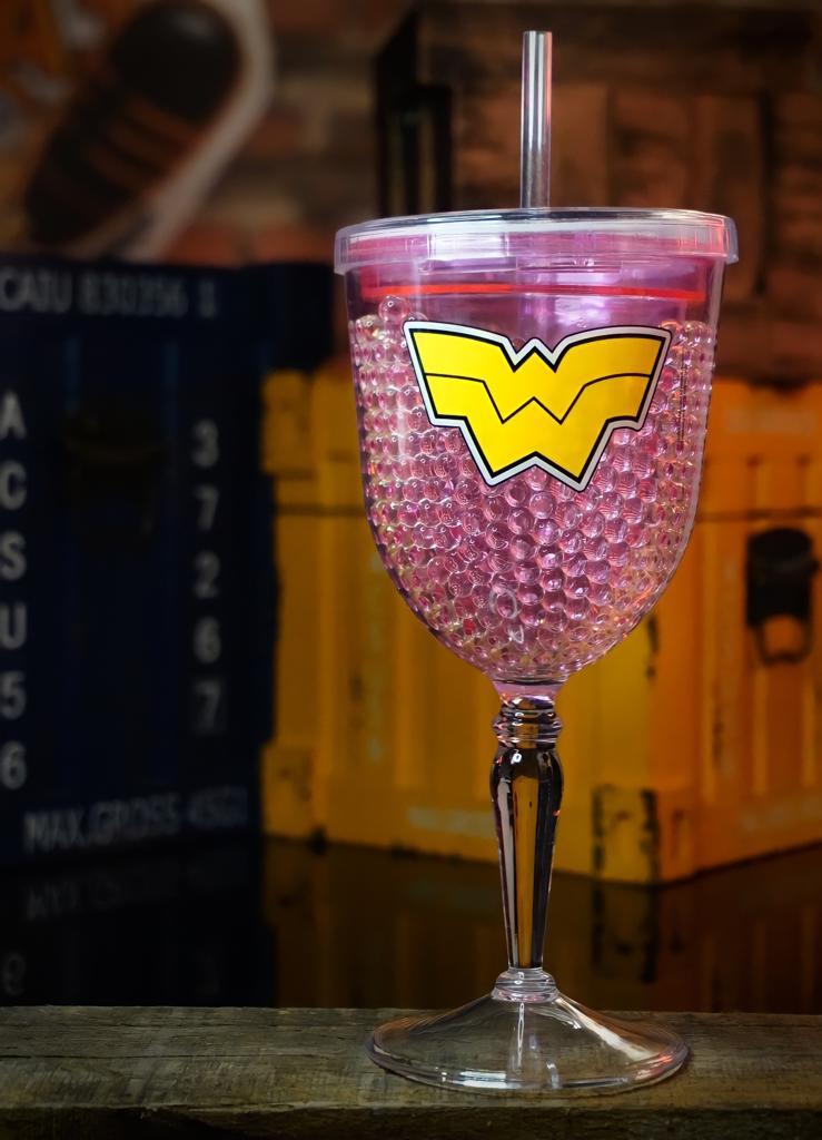 Taça Plástico Gel Congelante Logo Mulher Maravilha Wonder Woman: Liga da Justiça Justice League DC Comics - 300ml