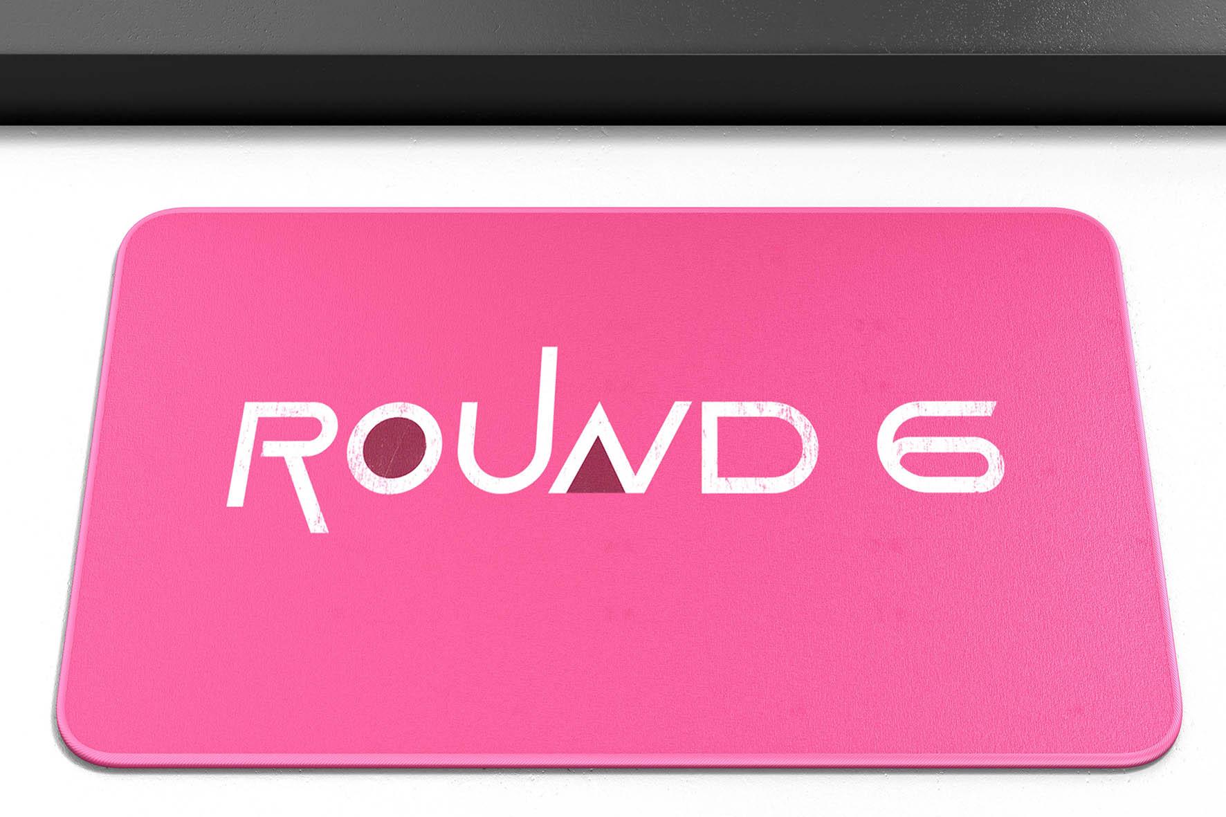 Tapete Capacho Poliéster Round 6 Squid Game Logo Rosa Netflix - EV