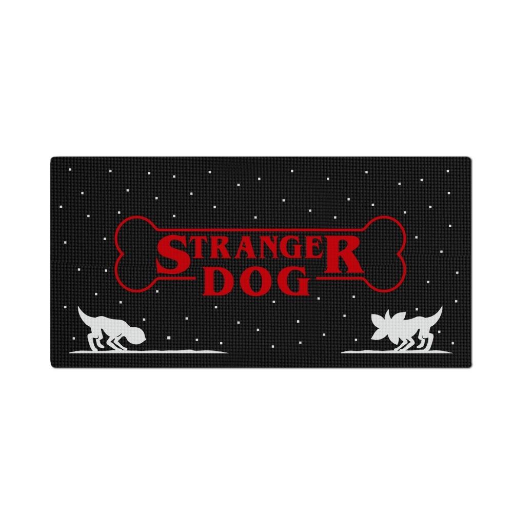 Tapete Pet Impermeável (Cachorro, Gato, Alimentação): Stranger Dog (Grande)